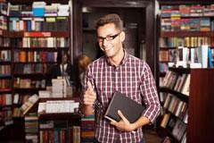 Выберите увлекательную книгу в море литературы и начните улучшать свое произношение уже сегодня.