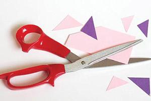 to cut corners — срезать углы, экономить (обычно во вред качеству), «халтурить»