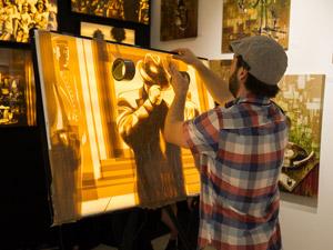 Странное хобби: настенная живопись из скотча