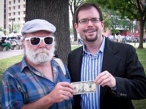 Странное хобби: раздача 10 долларов незнакомцам