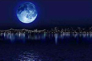 Выражение once in a blue moon — «раз в сто лет», очень редко.